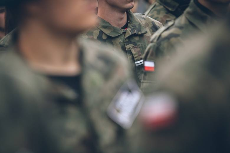 Ilustracja do informacji: Agencja Mienia Wojskowego ogłasza przetarg. Do kupienia m.in. meble, wiertarki, pompy...